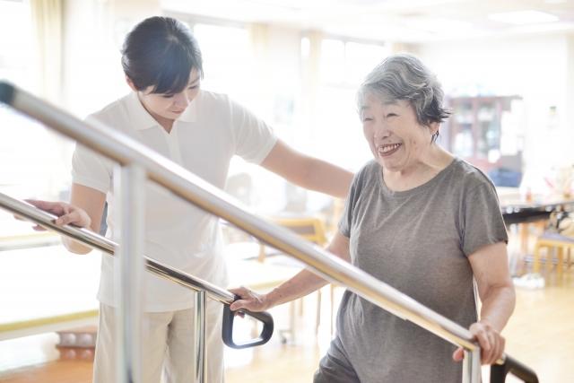 高齢者が個別機能訓練をしている様子
